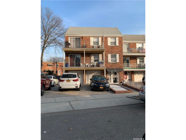 18 BR,  5.00 BTH 2 story style home in East Elmhurst