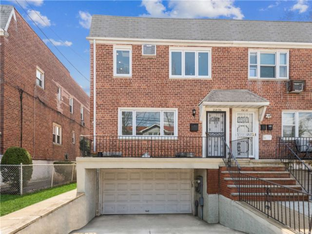 5 BR,  3.00 BTH 2 story style home in Whitestone