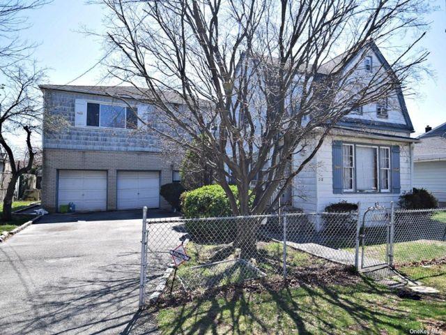 5 BR,  3.00 BTH Duplex style home in Hempstead