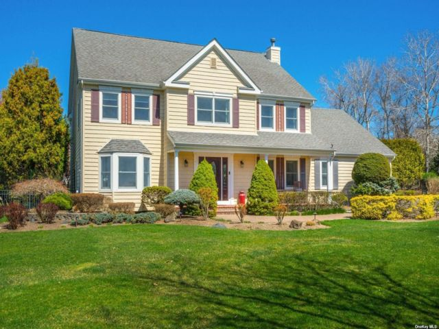5 BR,  4.00 BTH Colonial style home in St. James