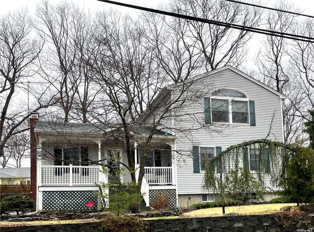 5 BR,  2.00 BTH  Colonial style home in Lake Ronkonkoma