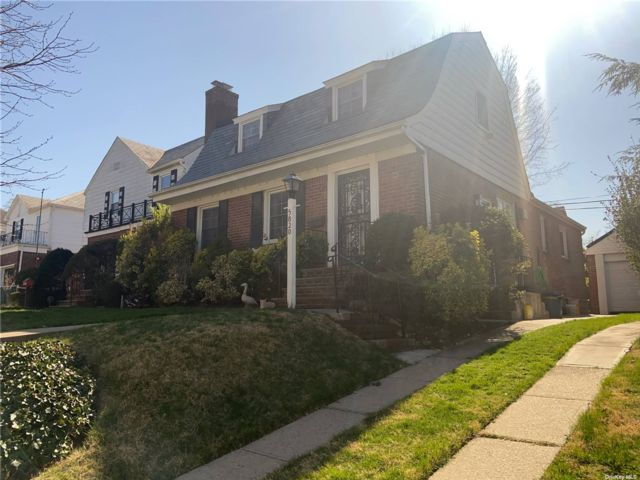 4 BR,  2.00 BTH Cape style home in Bayside