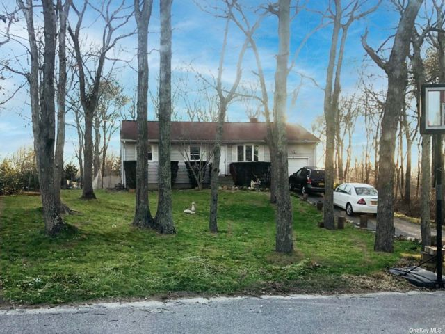 4 BR,  6.00 BTH  Ranch style home in Hampton Bays
