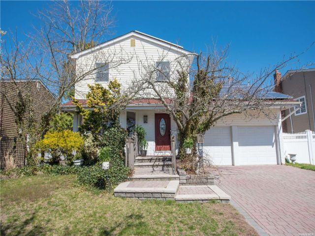 4 BR,  3.00 BTH Colonial style home in Bellmore