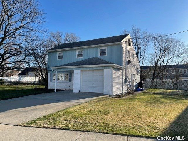 3 BR,  2.00 BTH  Split level style home in Freeport