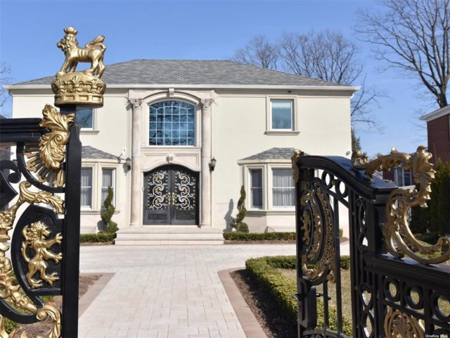 4 BR,  5.00 BTH Colonial style home in Jamaica Estates