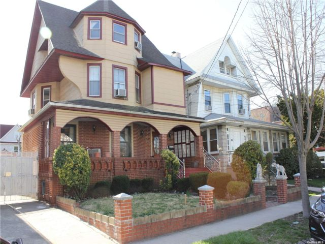 5 BR,  3.00 BTH Victorian style home in Richmond Hill