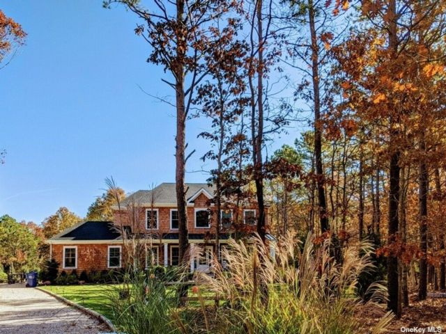 5 BR,  5.00 BTH  Traditional style home in Westhampton
