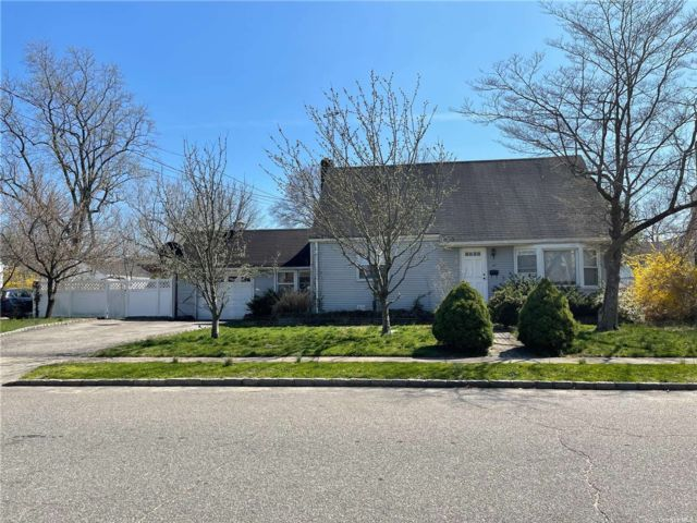 Lot <b>Size:</b> 93x100 Land style home in Albertson