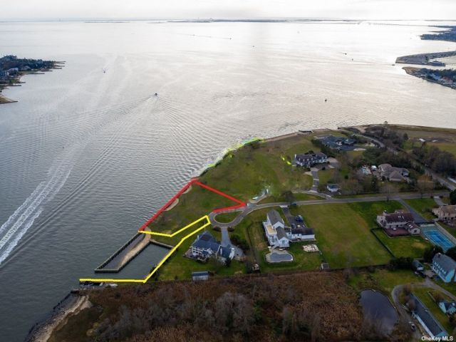 Lot <b>Size:</b> 383X0 Land style home in Bay Shore