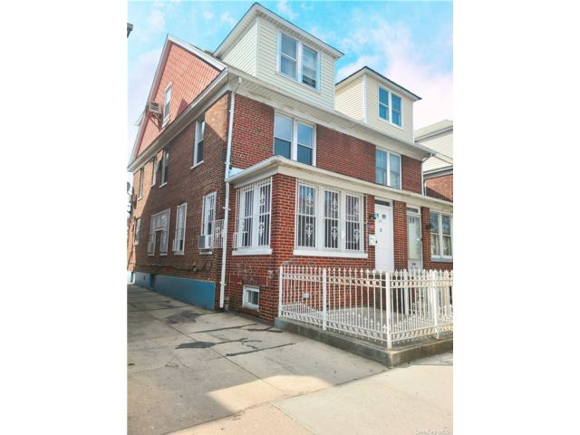 5 BR,  4.00 BTH  Duplex style home in Jackson Heights