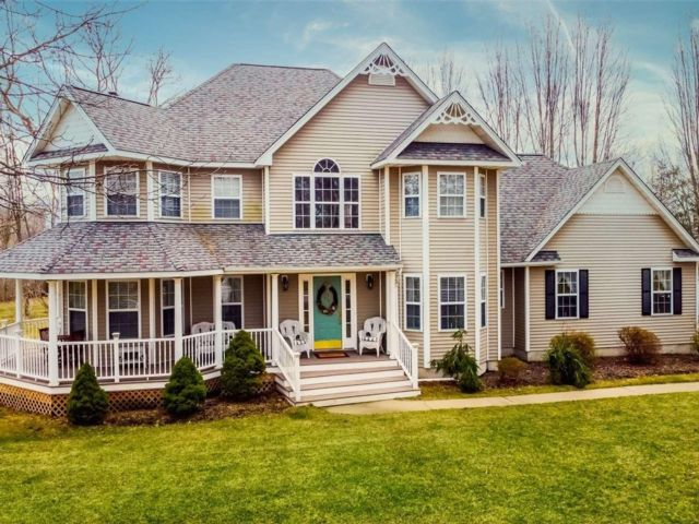 4 BR,  4.00 BTH  Victorian style home in Manorville