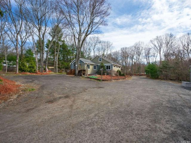 3 BR,  3.00 BTH Raised ranch style home in Ridge