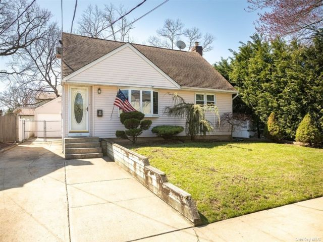 4 BR,  2.00 BTH Cape style home in Merrick