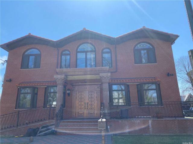 8 BR, 10.00 BTH Colonial style home in Flushing