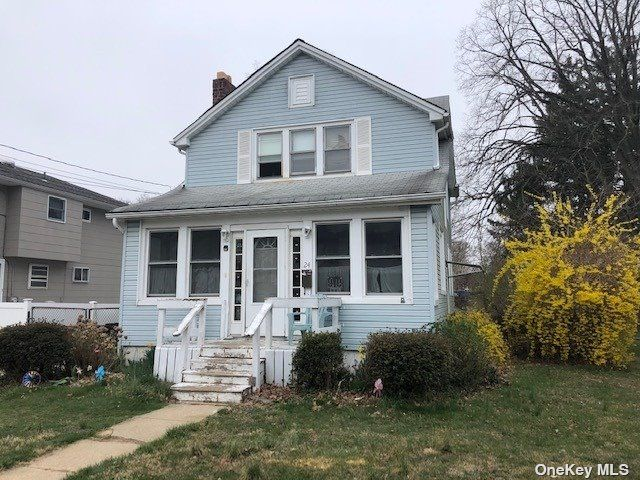 3 BR,  3.00 BTH Colonial style home in Farmingdale