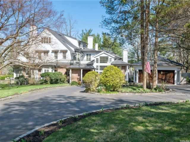 5 BR,  7.00 BTH Colonial style home in Manhasset