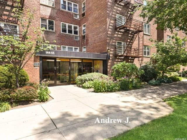 3 BR,  1.00 BTH Mid rise style home in Flushing