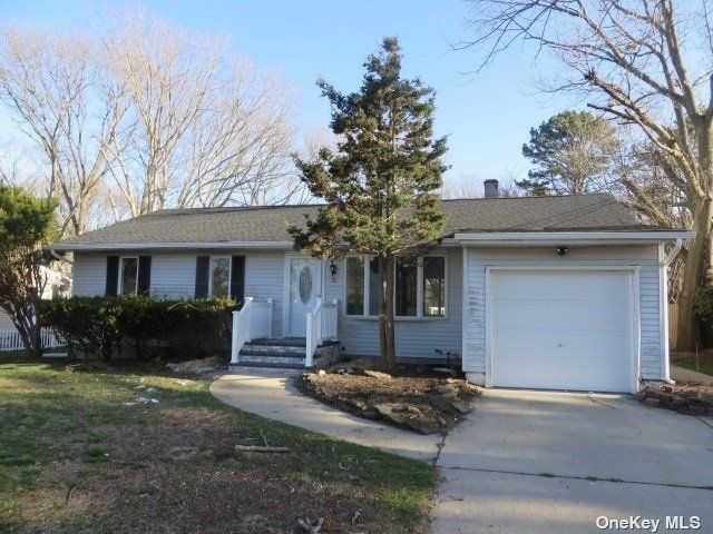 3 BR,  3.00 BTH Ranch style home in Centereach