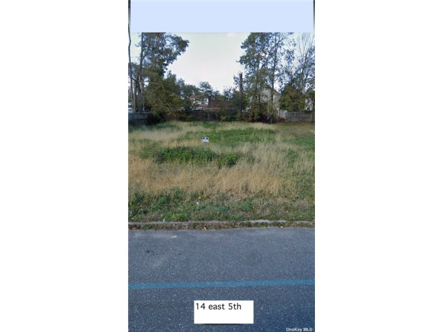 Lot <b>Size:</b> 50x100 Land style home in Huntington Station