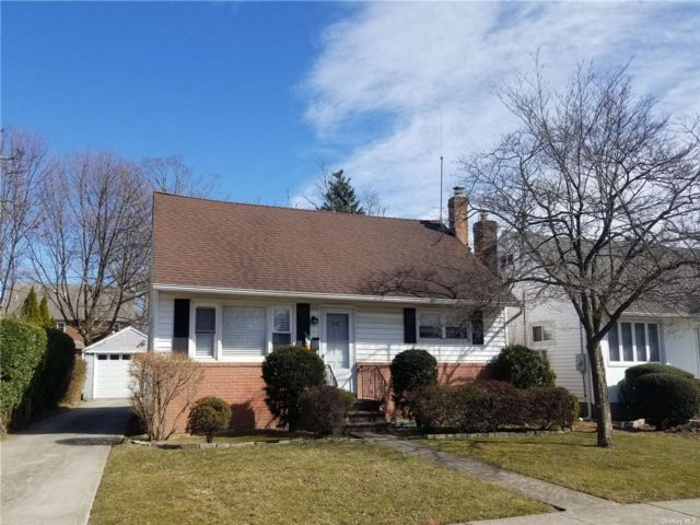 5 BR,  2.00 BTH Cape style home in Merrick