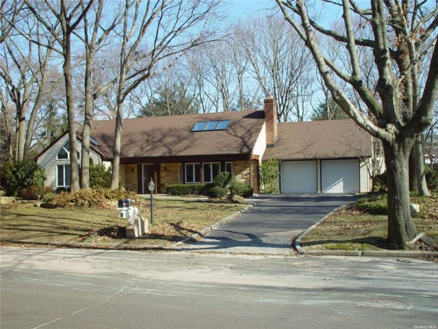 4 BR,  3.00 BTH Farm ranch style home in Stony Brook