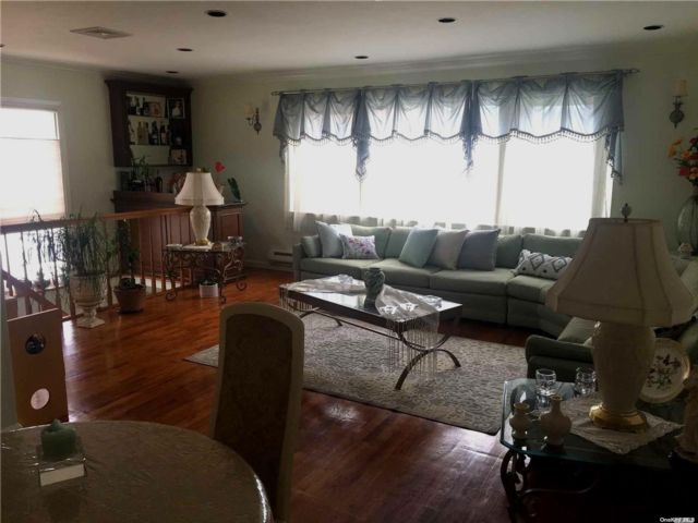 6 BR,  4.00 BTH 2 story style home in Whitestone