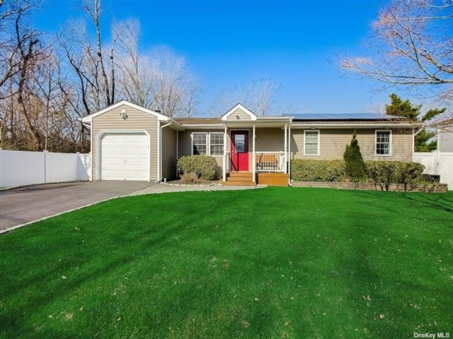3 BR,  2.00 BTH Ranch style home in Hauppauge