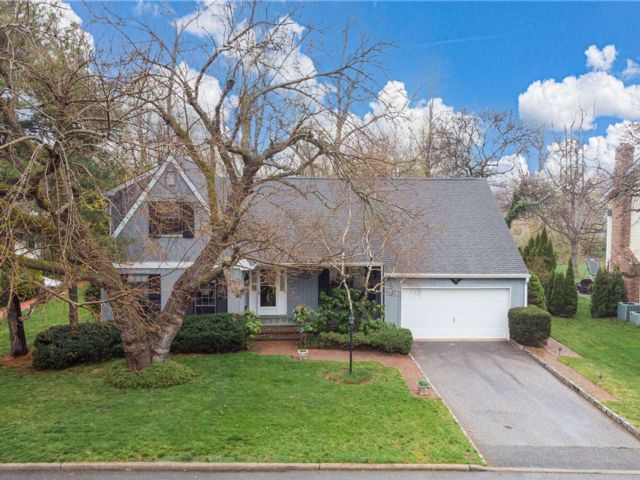 4 BR,  3.00 BTH Exp ranch style home in Bayville