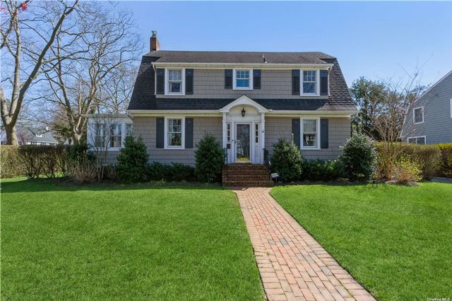 4 BR,  5.00 BTH Colonial style home in Garden City