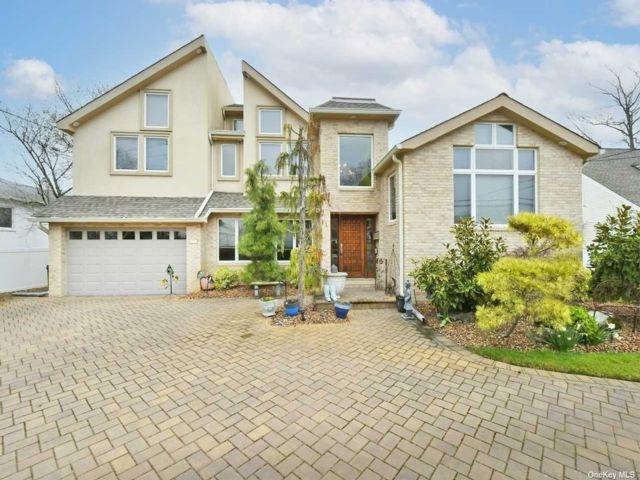 5 BR,  4.00 BTH Split level style home in Merrick