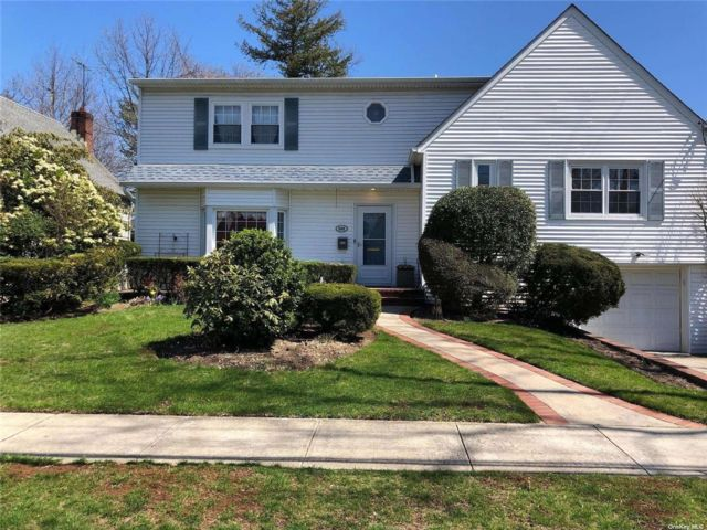 4 BR,  3.00 BTH Split level style home in Woodmere