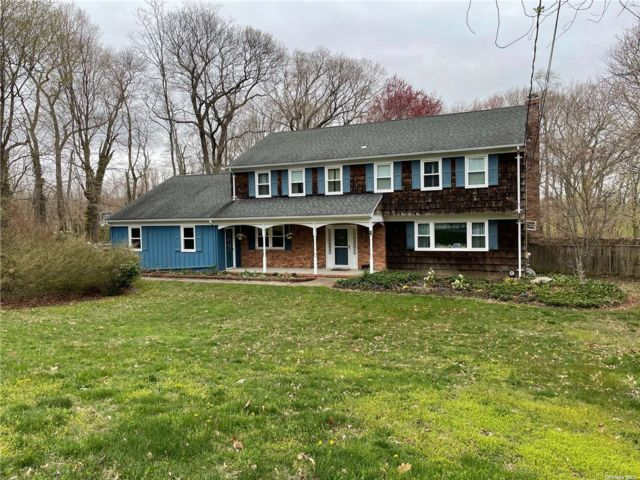 5 BR,  4.00 BTH Colonial style home in Mt. Sinai