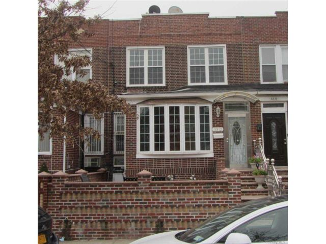 4 BR,  2.00 BTH Colonial style home in Astoria