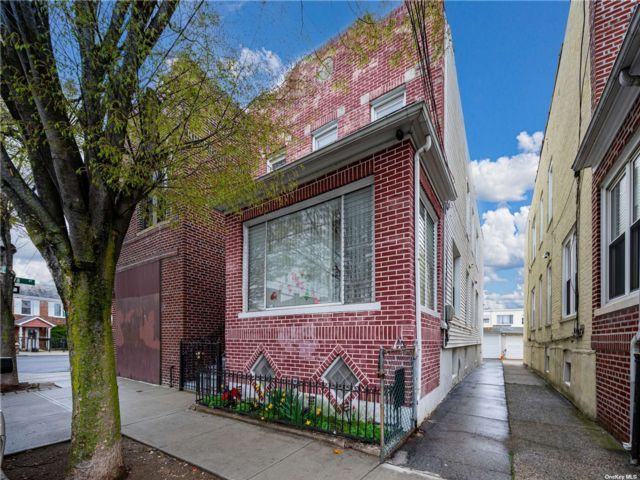 5 BR,  3.00 BTH Townhouse style home in Middle Village