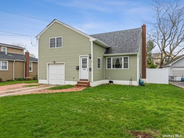 4 BR,  3.00 BTH Exp cape style home in Bellmore