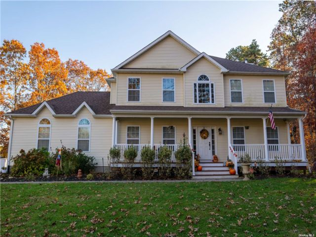 4 BR,  3.00 BTH Victorian style home in Yaphank