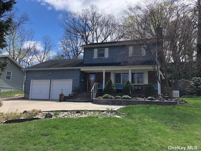 4 BR,  3.00 BTH Colonial style home in Farmingdale