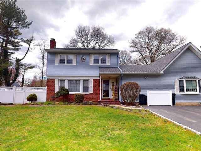 4 BR,  3.00 BTH Colonial style home in Hauppauge