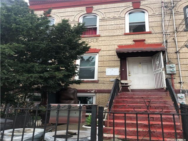 6 BR,  4.00 BTH Colonial style home in East New York