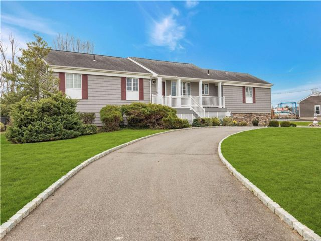 4 BR,  3.00 BTH Ranch style home in Bay Shore