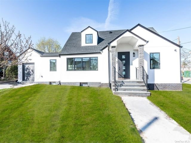 4 BR,  4.00 BTH Exp cape style home in Woodmere