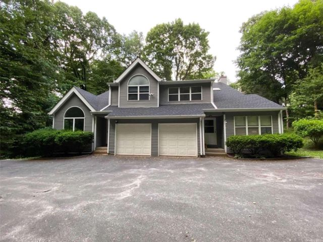 3 BR,  3.00 BTH 2 story style home in Glen Cove