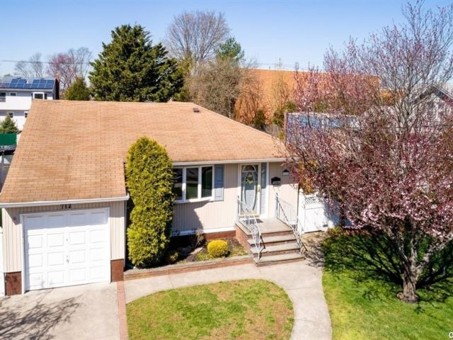 4 BR,  2.00 BTH Exp ranch style home in North Bellmore