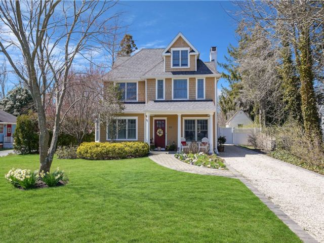 3 BR,  3.00 BTH Colonial style home in Bayport