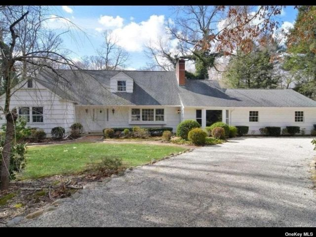 4 BR,  2.00 BTH Farm ranch style home in Laurel Hollow