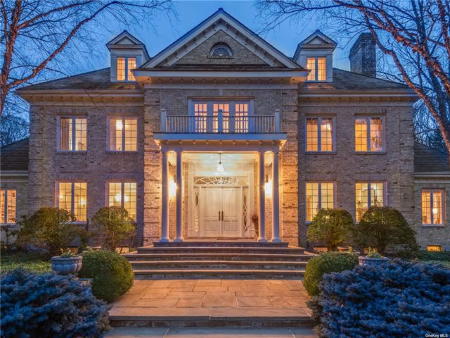 7 BR,  7.00 BTH Colonial style home in Upper Brookville