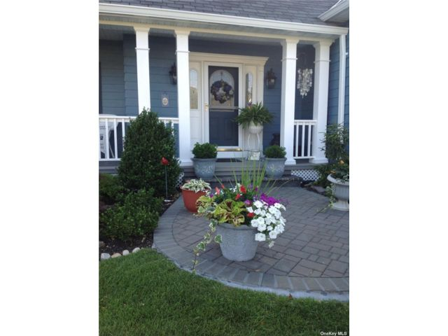 4 BR,  4.00 BTH  Colonial style home in Nesconset