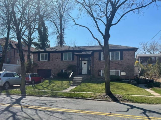 5 BR,  3.00 BTH 2 story style home in Bayside