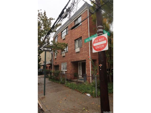 8 BR,  5.00 BTH Townhouse style home in Elmhurst